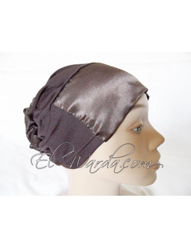 Bonnet à fleur marron chocolat.